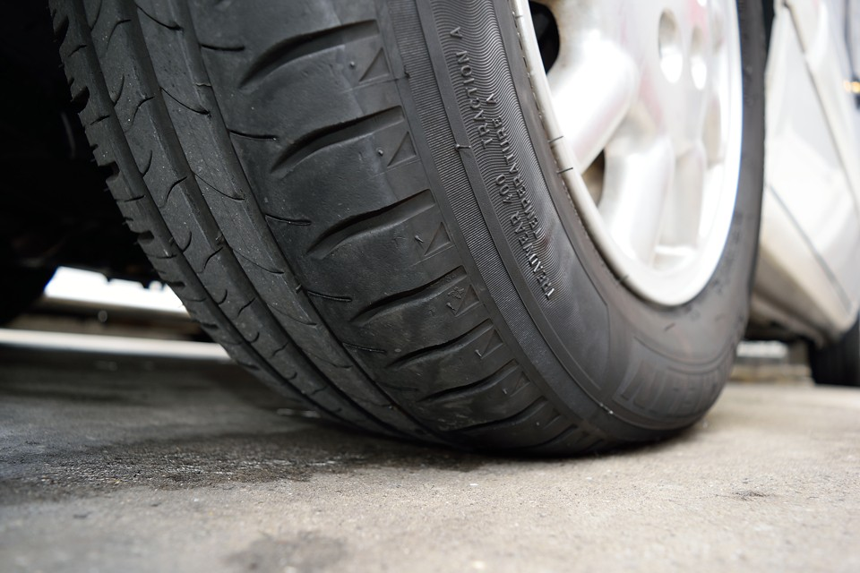 タイヤ残溝もご覧の通り。7~8分山というところでしょうか・・・まだ十分柔らかい状態ですので、当分交換の必要はなさそうです。