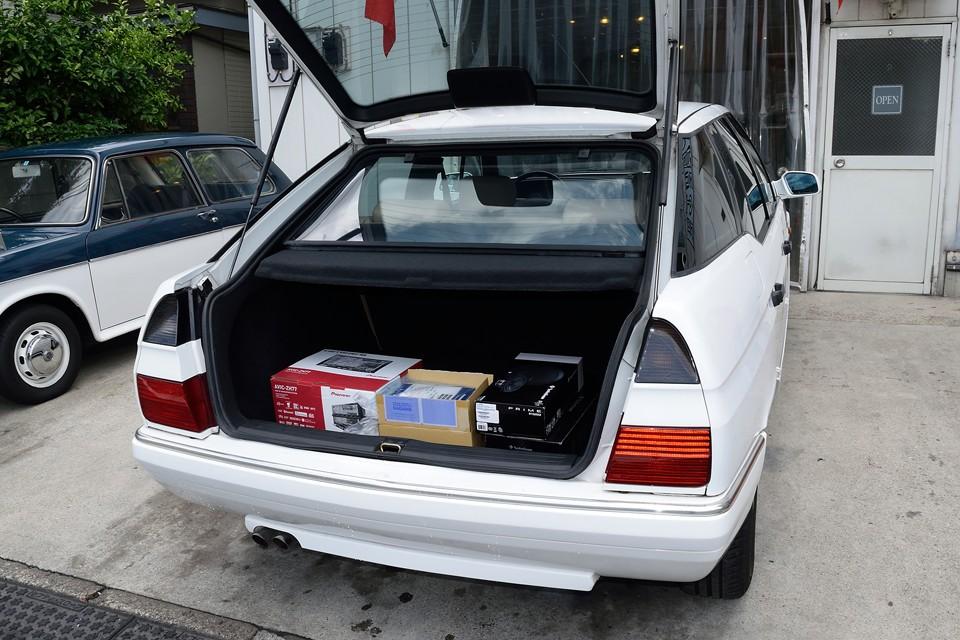 トランク容量もこれだけあれば十分ですよね。ハッチバックですので、開口部も広く、荷物の積み下ろしは楽々!元ナビ、スピーカー等の部品もおまけで付属します。