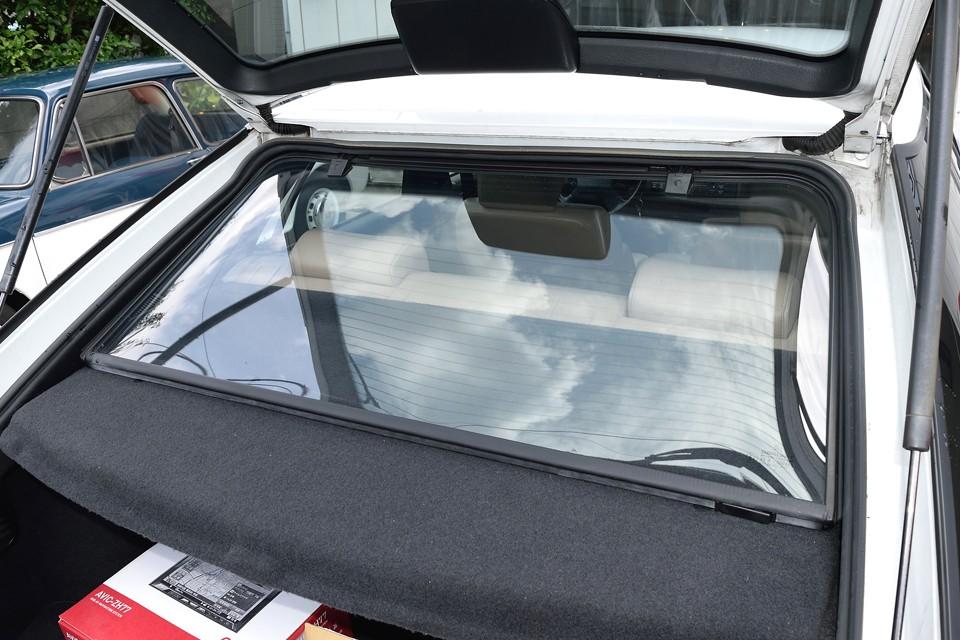 なんと2重ガラス構造なのでハッチ開閉時でも室内の暖・冷気を逃がしません!う~ん、やっぱ高級車は違います。