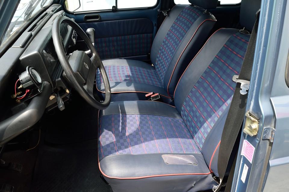 運転席の座面以外は張り替え済のようです。もしくは運転席座面のみ中古品で張り替えたのかも・・・。いずれにしても座り心地は例のタップリふんわりシートそのものですのでご安心を。