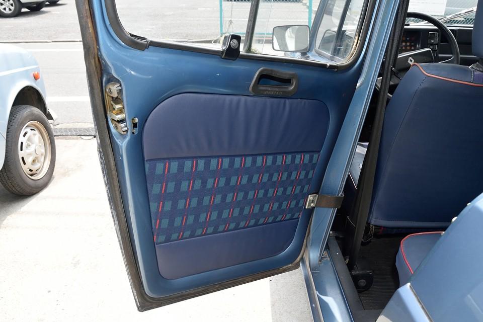 後席のドア内張り。使用頻度が少ないからでしょうね。前席にも増して清潔な印象です。