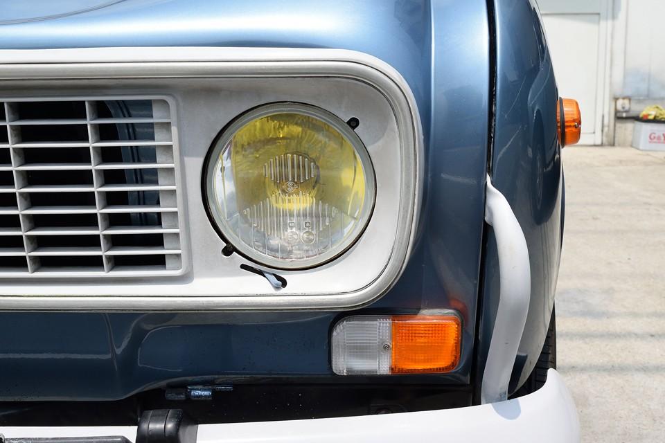 ヘッドライトの反射板にちょっとだけ劣化がありますが、比較的状態は良いと思います。ウインカーレンズは近々に交換されたんでしょうね。まだ新しい感じです。