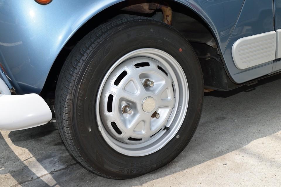 純正の鉄ッチンホイールは弊社で塗装したばかり!ね、キレイでしょ。それから、タイヤは残溝タップリではありますが、サイド部にヒビが見受けられますので、ご成約いただきましたら新品交換サービスさせていただきます!