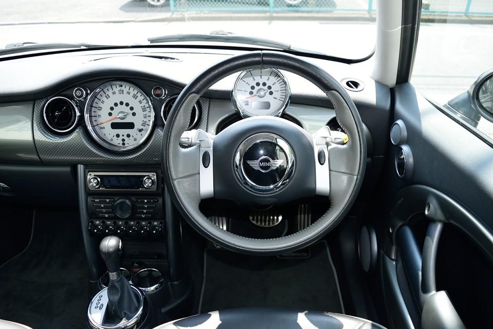 BMWならではの剛性感の高さは、ハンドルを握った瞬間に解かるほど!クラシックミニのモチーフを取り入れたセンターメーターデザインも秀逸!