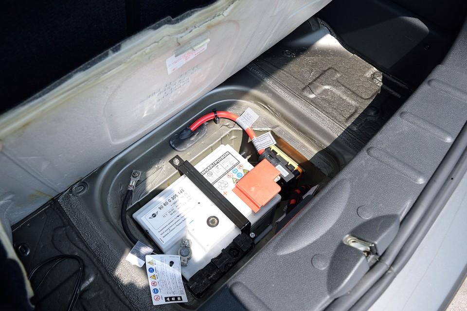 バッテリーはトランクの床下に。前後の重量バランスやメンテナンスの容易さを考えたベストポジション!よく考えられておりますなぁ。