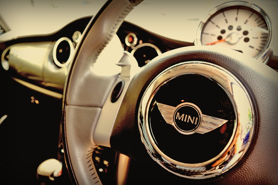 この初代BMWミニを駆るとき、同じ様な感覚を感じ、同じ様な風景が見える気がするのです。その風景とは・・・。