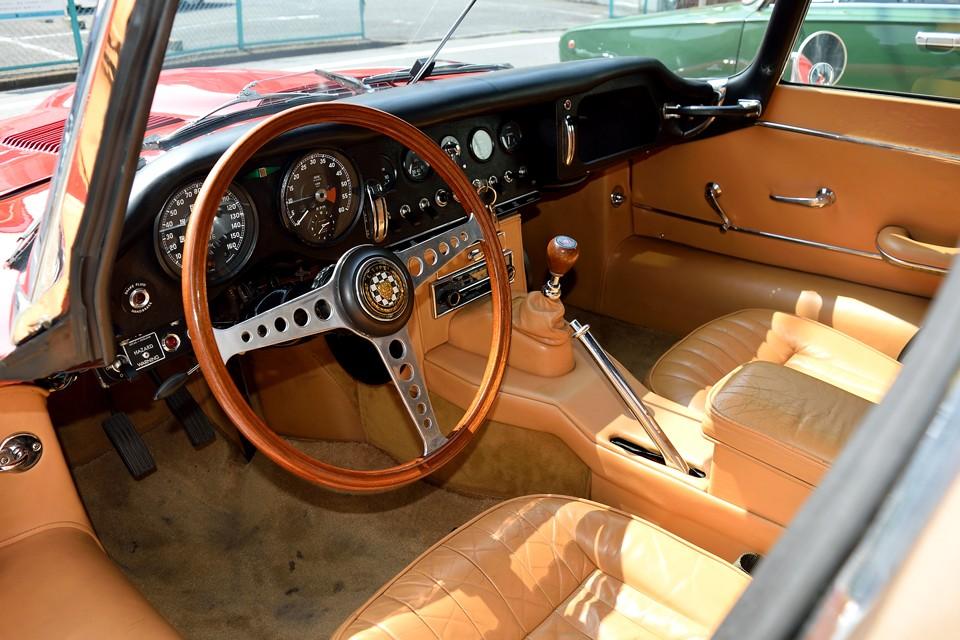 英国車らしい、整然と並ぶメーター類、タップリとした厚手のレザーシートと、周囲を囲むレザーインテリア。3.8Lモデルのアルミパネルは廃止され、ボデイの美しさに相応しいインテリアに!