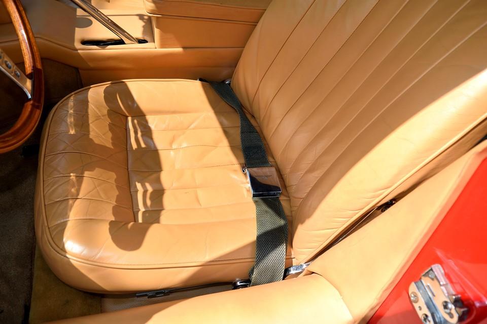 一番使用感の出やすい運転席でこの状態です。シワはあるもののヒビ割れはありません。見た目以上に柔らかく快適な座り心地のシートです。
