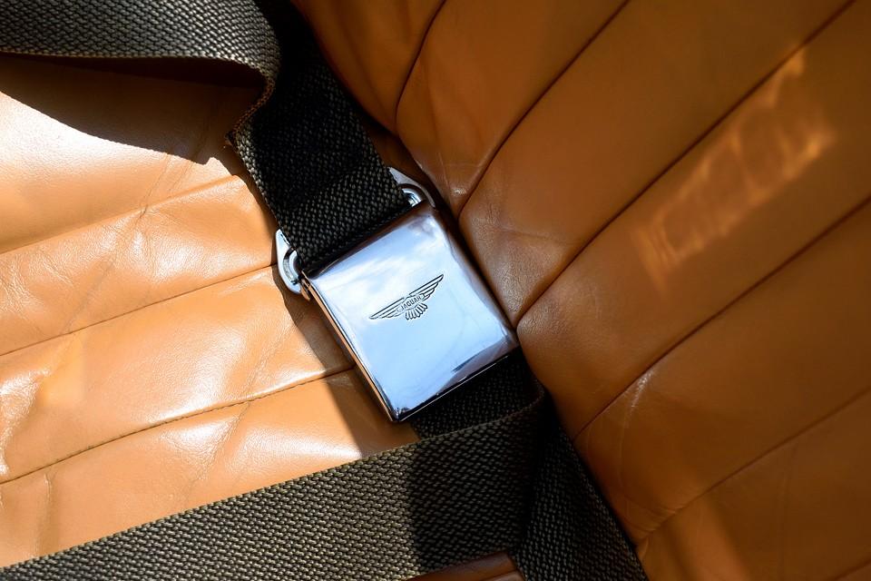 シートベルトも良くある汎用品ではありません。バックルに「JAGUAR」のロゴの入った純正品です。