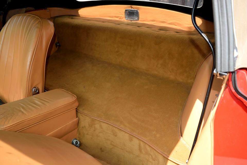 シートバックの手荷物スペースもレザーと同系色のモケットで、まとまり感を感じます。もちろん目立つ汚れはありません。