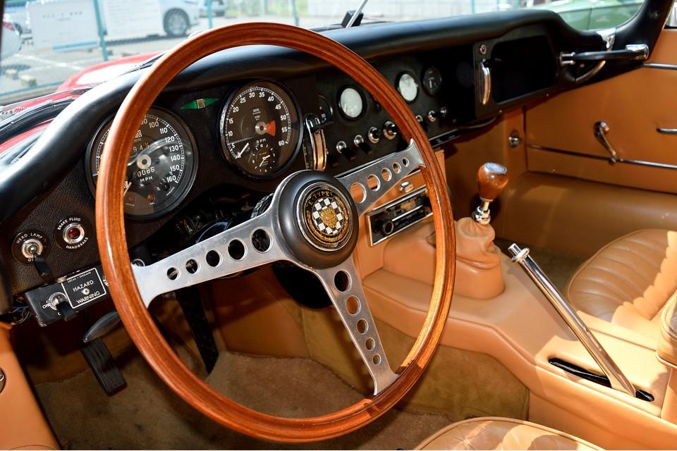 細身で、大径のウッドハンドルが、やはりこの時代の英国車には似合います・・・と言うか、これじゃないとダメですよね!