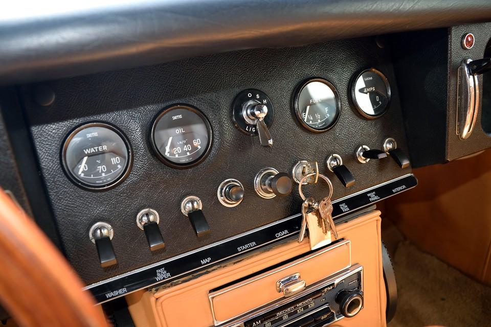 まさに、「ザ・英国車」といったインパネ。ちなみにエンジンスタートは、キーを回してイグニッションON、そしてプッシュボタンでスタートです。