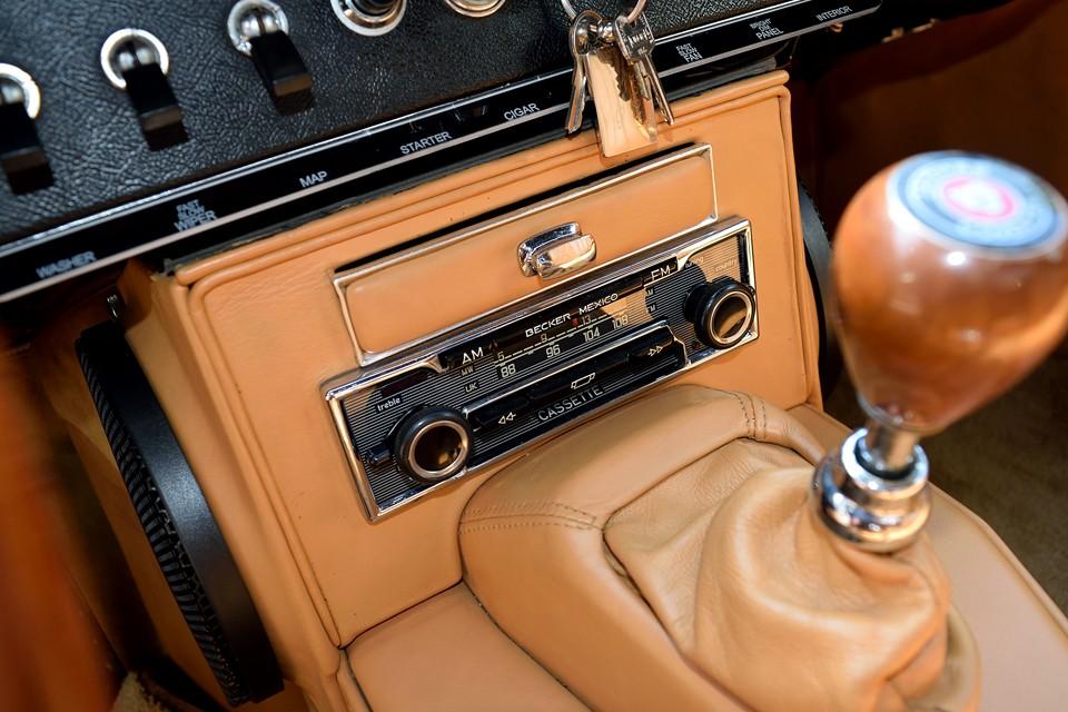 オーディオは当時のものでしょうか?レトロなデザインで、とても雰囲気のあるBECKER MEXICO製のAM/FMラジオ&カセットデッキを装備。