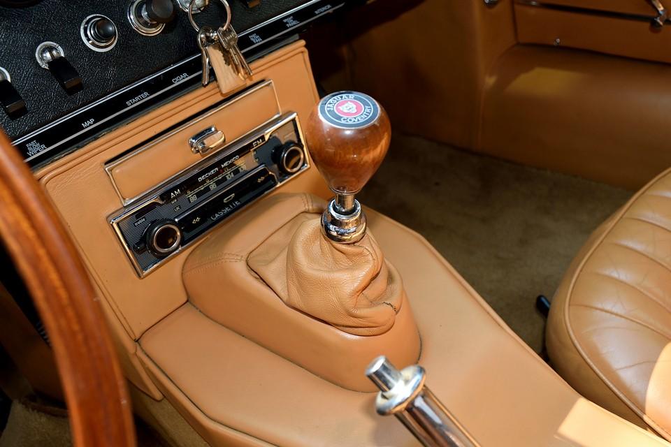 「JAGUAR COVENTRY」のロゴが入ったウッドシフトノブは大きさ、重さともに絶妙!シフトフィールは「カクンッ」と入る英国車特有のそれです。