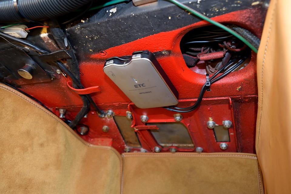 助手席フットスペース上部に目立たないようETCも装備!左ハンドル車には必須ですよね。