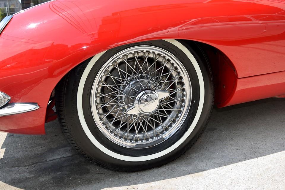タイヤはAmericanClassic社製のリボンタイヤです。外観上のアクセントになっていて、とても良い雰囲気だと思います。そしてE-typeにはやはりワイヤーホイール!シリーズ1の特徴でもあるスピンナーに耳のあるタイプです。