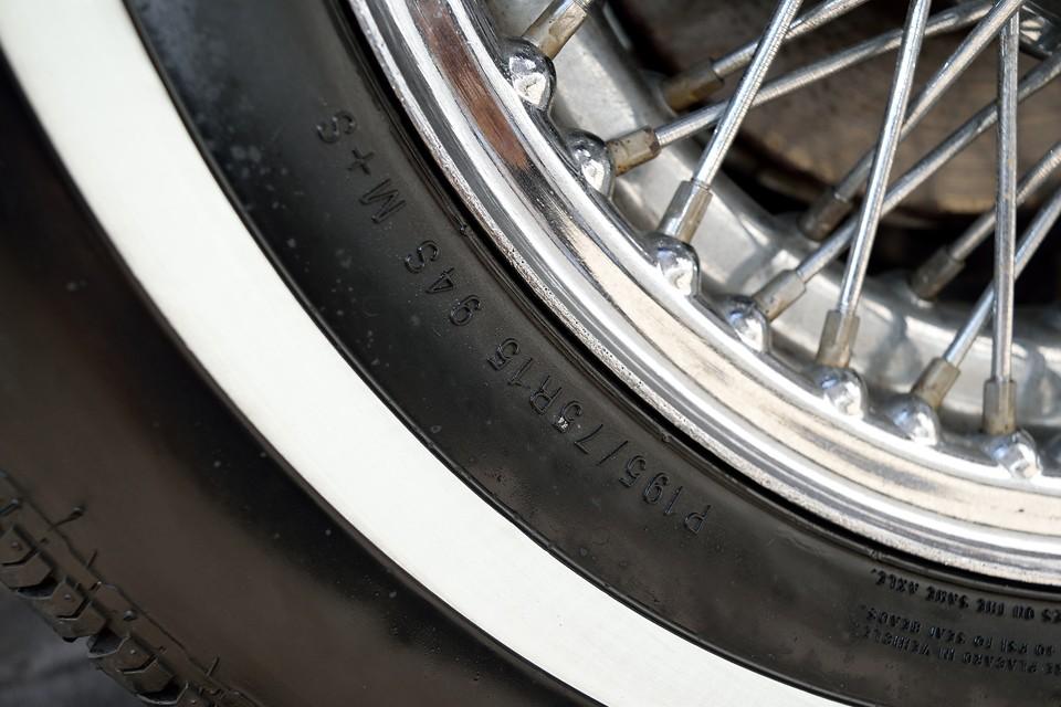 タイヤサイズは前後ともP195/75R15。もちろん現在でも容易に新品入手可能なタイヤです。