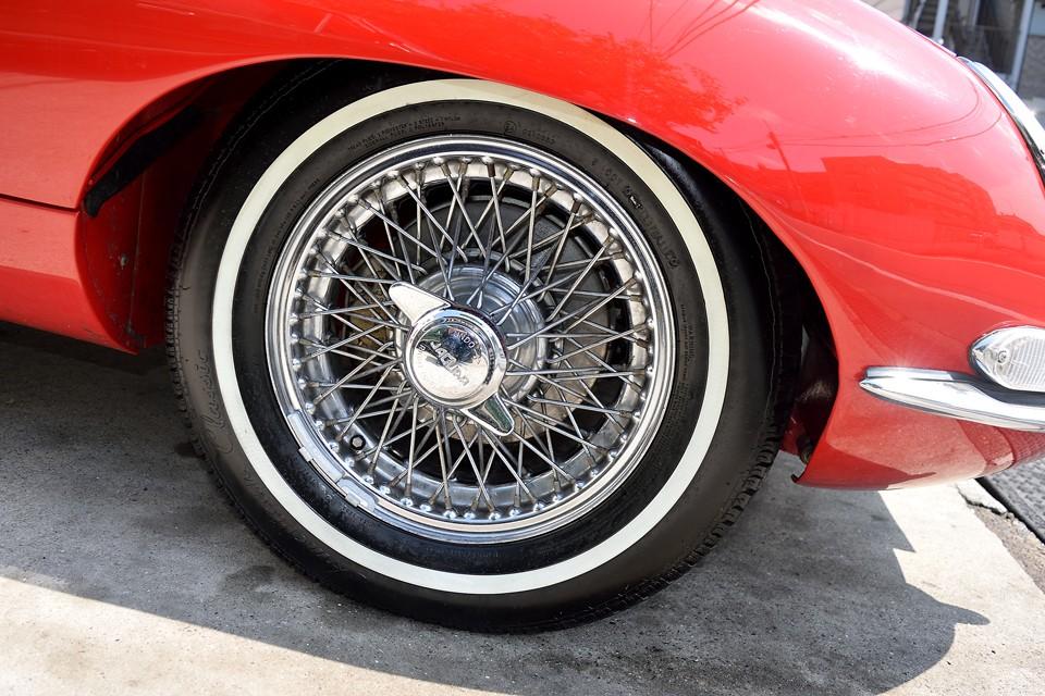 右フロントホイール。タイヤの脱着時、通常、スピンナーにはキズが付いてしまうはずですが、ほとんどキズがありません。かなり丁寧に扱われていたんでしょうね。