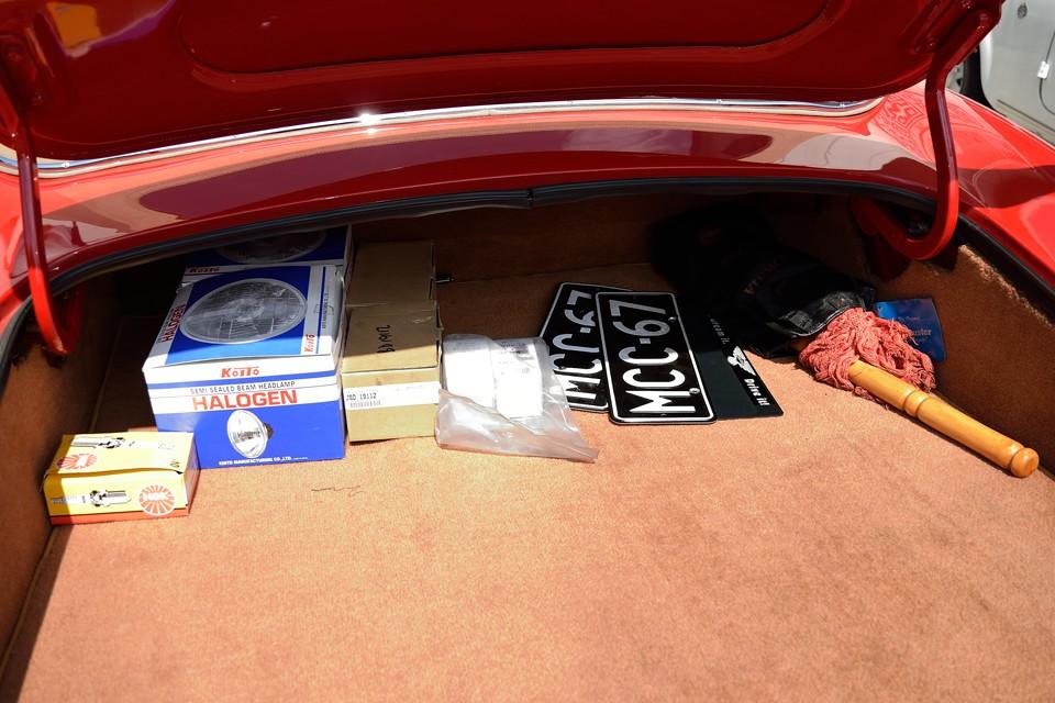 トランク内のいくつかのパーツ、古いナンバー等は付属します。
