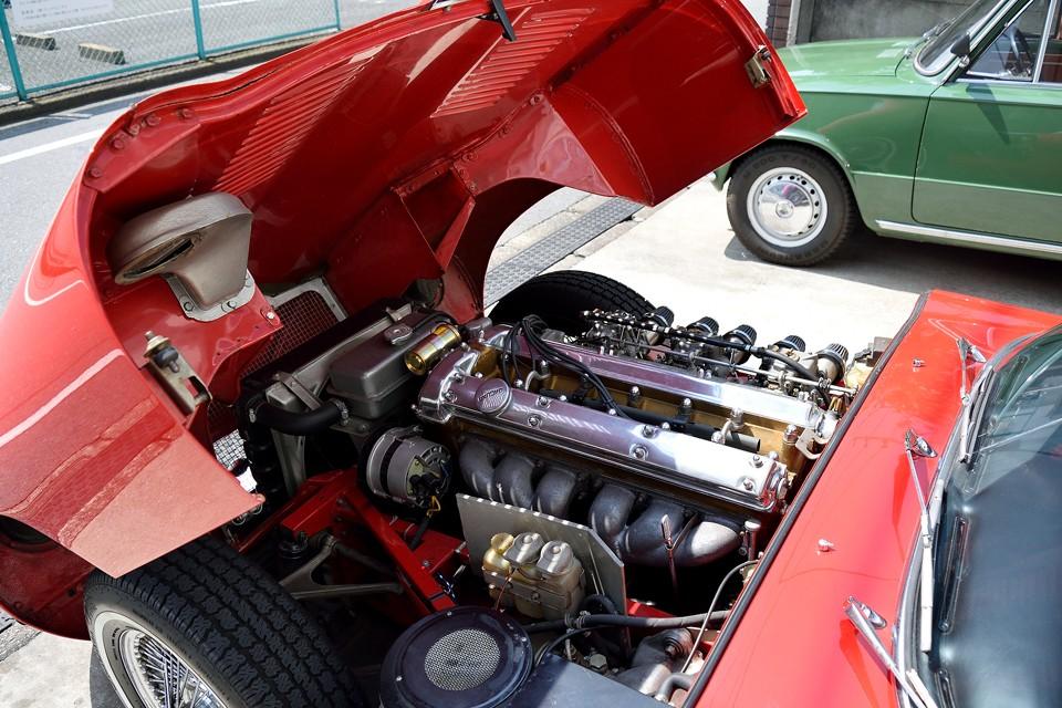 そして、これもシリーズ1の特徴のひとつ。美しくポリッシュ仕上げがされたカムカバー。このエンジンを見るためにフードを開けたくなります。でも何故かシリーズ2では黒&シルバーに改悪?!されてしまいます。