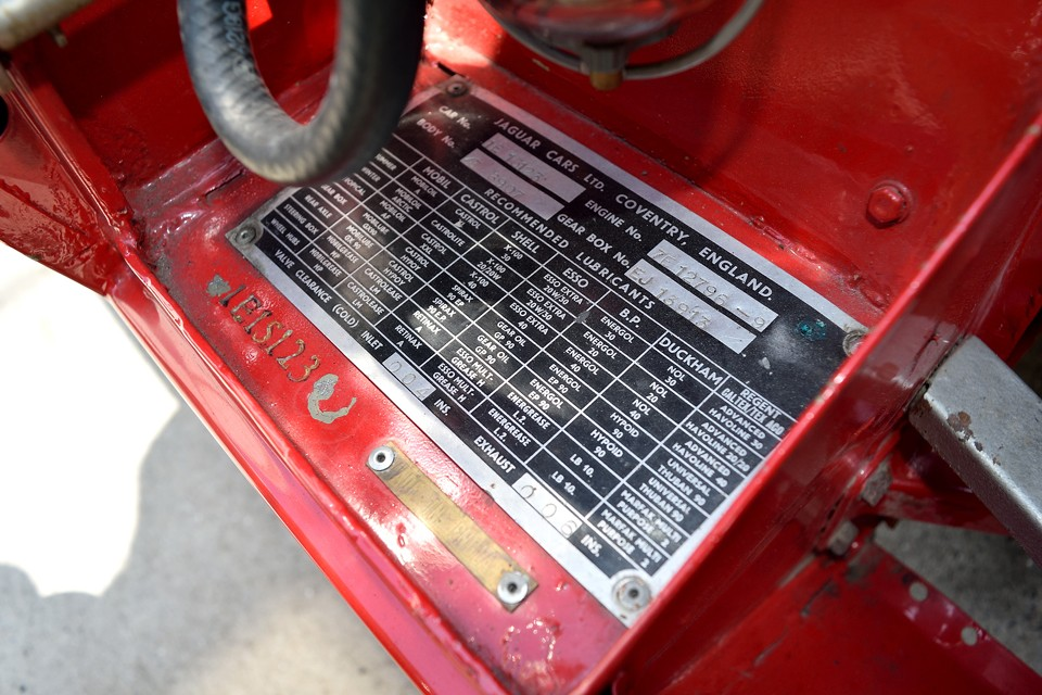 コーションプレート、及び各機構の推奨オイル一覧がオイルメーカー毎に記載されています。こういった細かな指定もレーシングカーに近いからなのでしょうね。