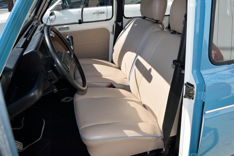 シートはベージュ生地にボディと同色の水色のパイピングで張り替え済!これはもうセンス以外の何ものでもないですね。