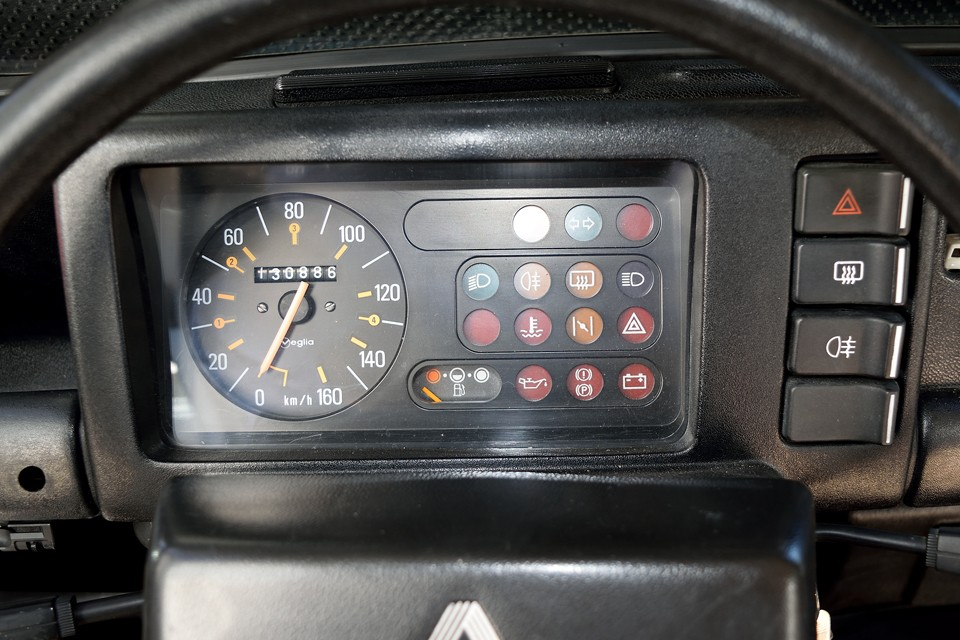 現在オドメーターはご覧の距離ですが、平成26年にご覧の通り、ボディ、エンジン、ミッション、足回り等含め、この状態に仕上げてから、僅か走行880kmほど。オドメーターの数字は、あまり参考にならないのではないかと・・・。