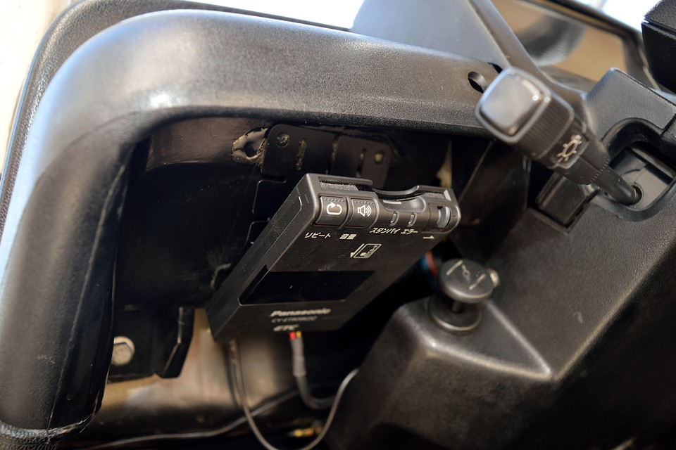 もちろんETCも装備。アンテナ分離、音声案内タイプです。左ハンドル車にはもはや必須なのです。