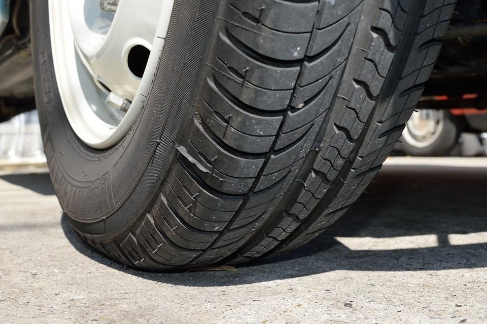 タイヤは少し古いようですが、残溝はご覧の通りタップリ!8分山というところでしょうか。