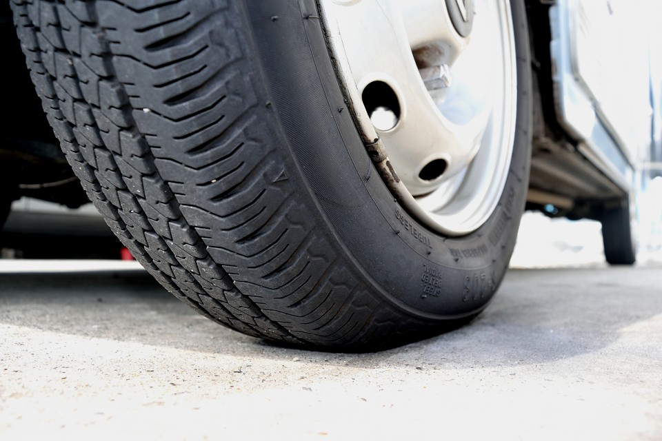 タイヤ残溝はご覧の通り。6~7分山というところでしょうか。当分交換の必要はなさそうですが、交換したとしても安価なタイヤですので、おサイフにもやさしいですよ~、奥さ~ん!(笑)