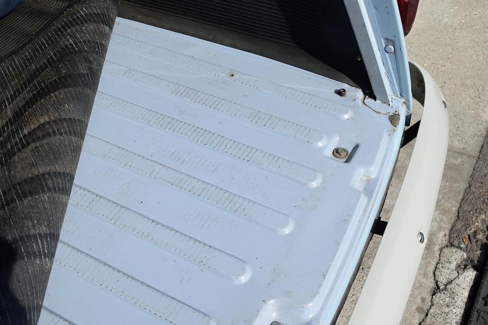 トランク床面です。酷いサビ、修復跡なんかも無いのがお判りいただけると思います。