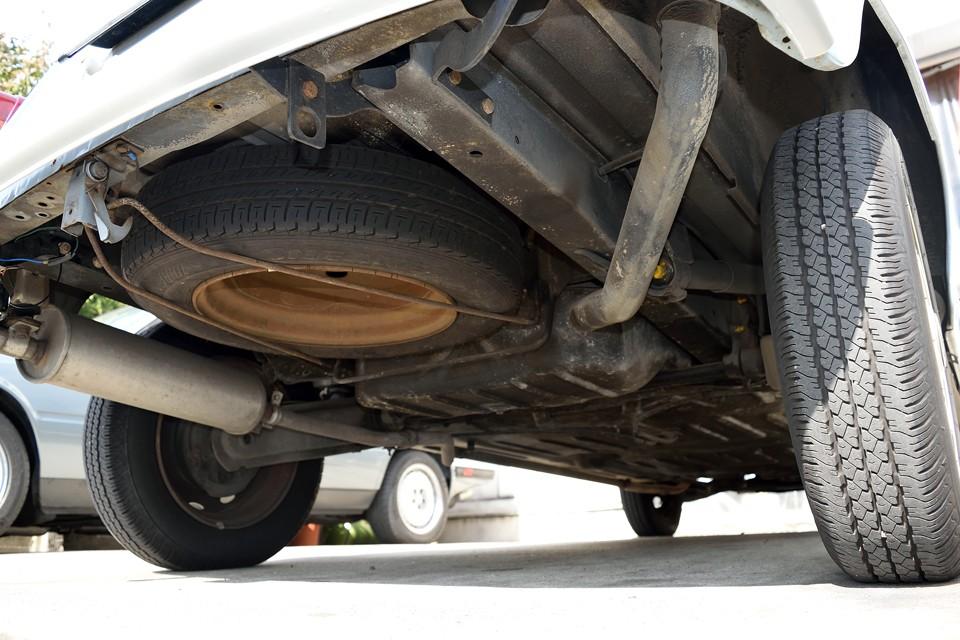 トランク下面です。ほとんど使われていなかったんでしょうね、スペアタイヤにサビはありますが、ボディに目立つサビ、損傷はありません。むしろマフラーの状態なんかは、ご安心いただけるのではないかと・・・。