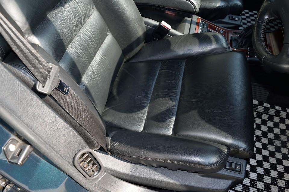 一番、傷みやすい運転席でこの状態です。若干の使用感はもちろんありますが、目立つスレは皆無!素晴らしい~!