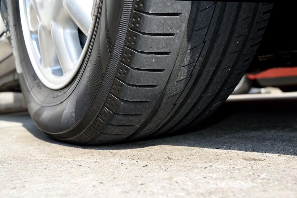 タイヤ残溝はご覧の通り。6~7分山というところでしょうか、当分、交換の必要は無さそうです。