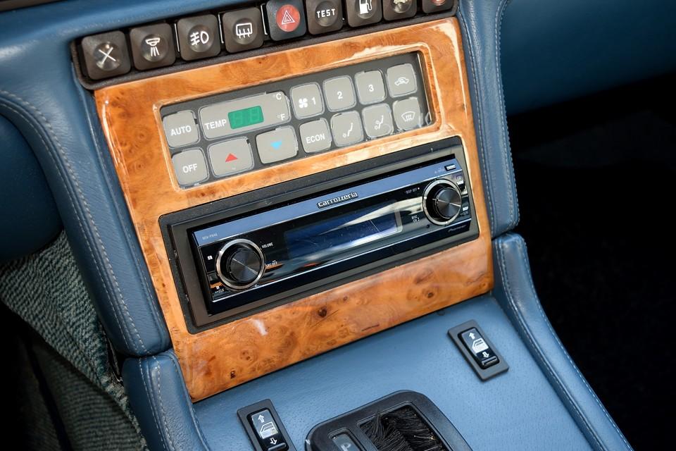 オーディオは、シンメトリーなマセラティのインテリアデザインにピッタリの、カロッツェリア製の高級機種DEH-P940を装備。