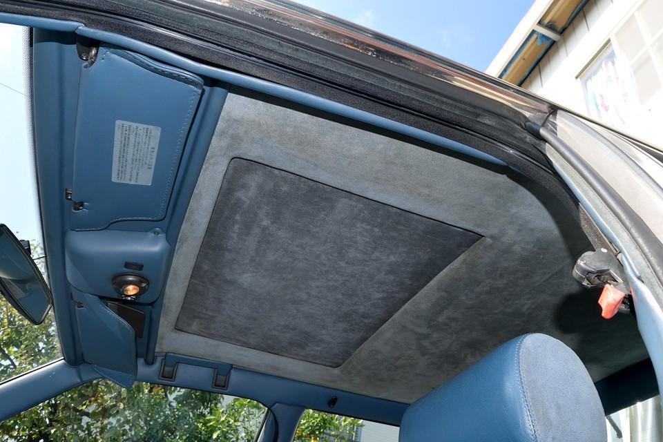 天張りも、柔らかく手触りの良いモケット素材で張替済です。本車両は電動サンルーフも装備!