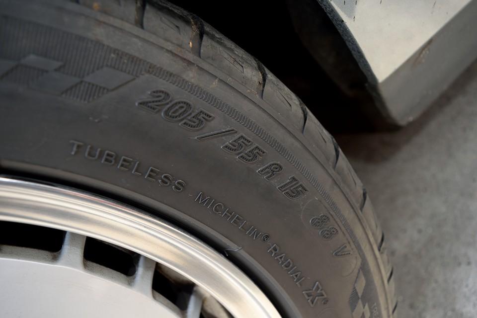 タイヤサイズは205/55R15。今でも容易に入手可能なサイズなので、安心ですね。