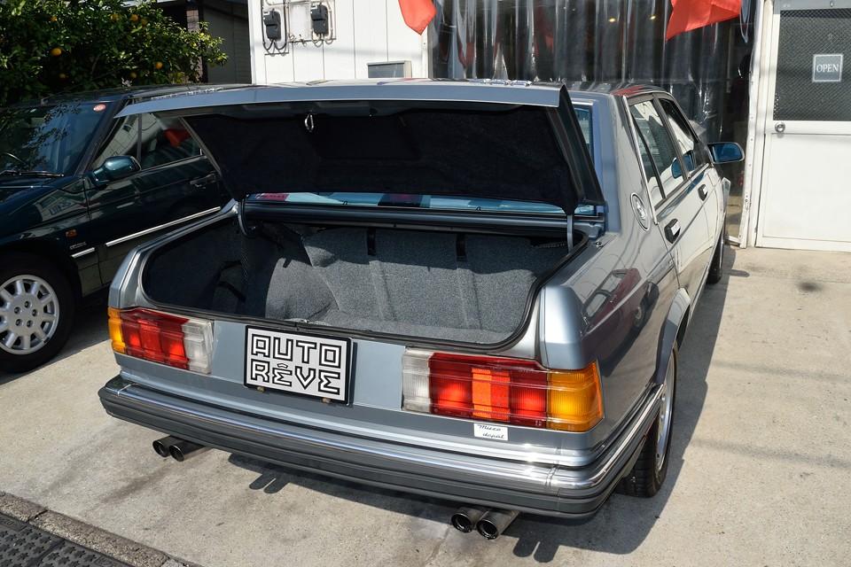 スクエアなボディデザインのおかげで、トランク容量はタップリ!これだけの広さがあれば、日常のご使用で困る事はなさそうです。