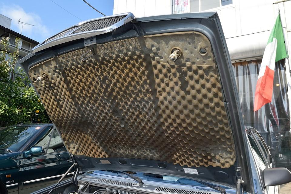 ボンネット裏の吸音スポンジも、ご覧の通り、ちゃんと残っています。これは一例ですが、車両全体に亘って、そういう状態ということです。