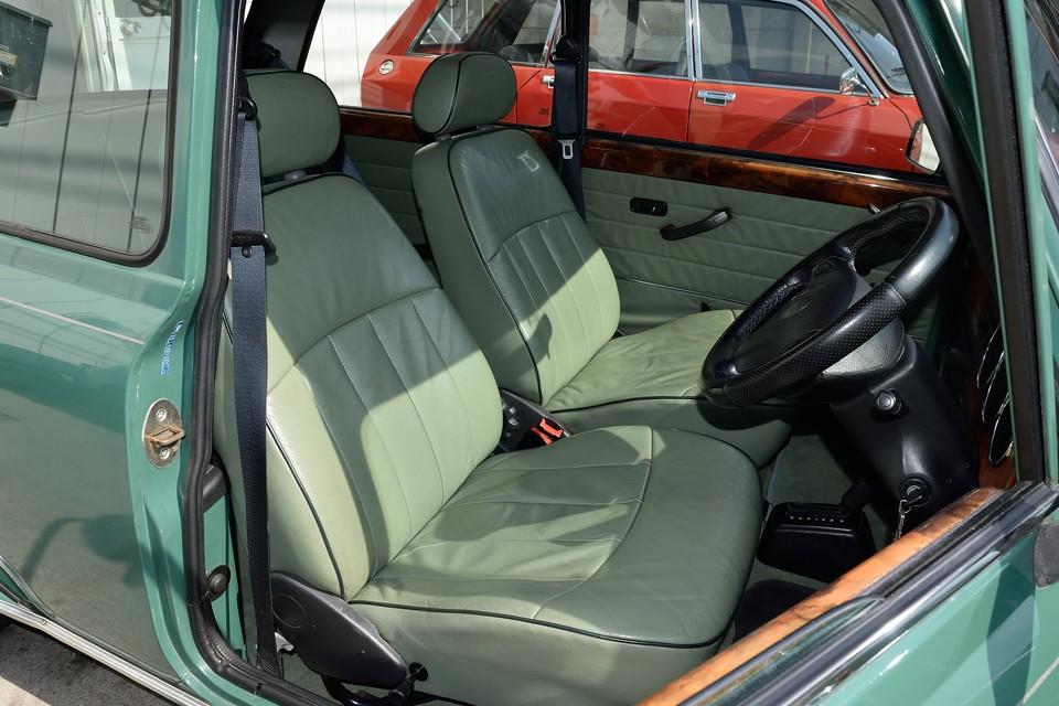 ヘリテージの特徴の、外装色と合ったグリーンのインテリアがとってもおしゃれ!こんな小さなクルマにも、レザーやウッドをふんだんに使うって、国産車じゃ考えられませ~ん!