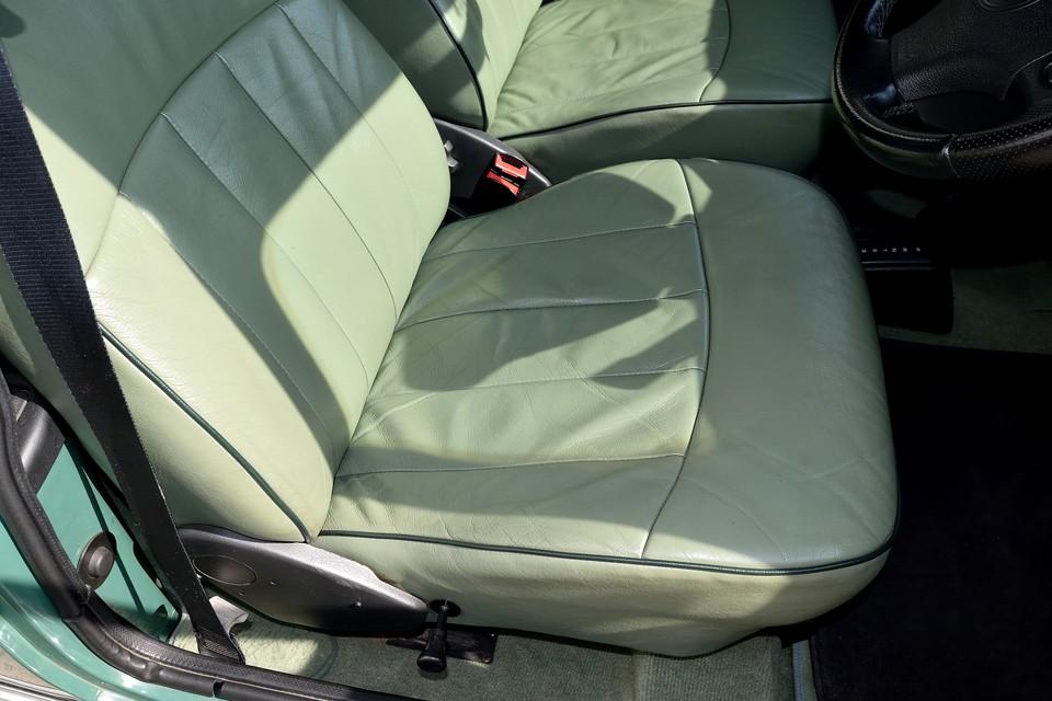 一番傷みやすい運転席でこの状態です。もちろん使用感はありますが、酷いスレ、破れはありません!