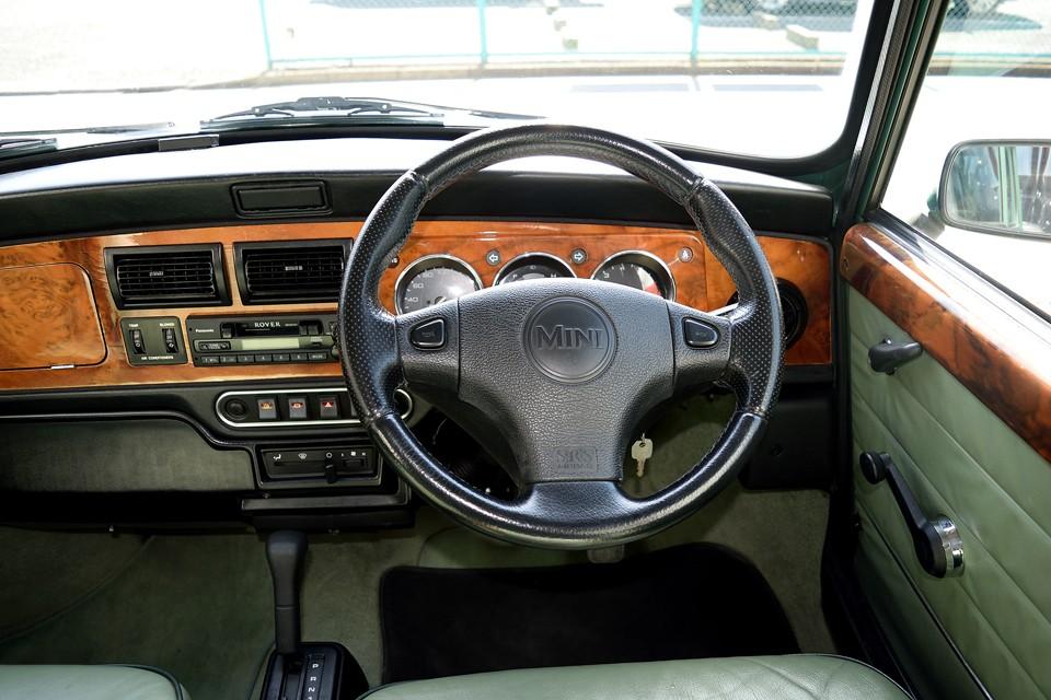 ケンジントンはハンドルセンターのロゴが「MINI」だけです。97年モデルですので、ホーンボタンはウインカーを押すタイプから、ハンドルに付いて操作しやすくなりました。