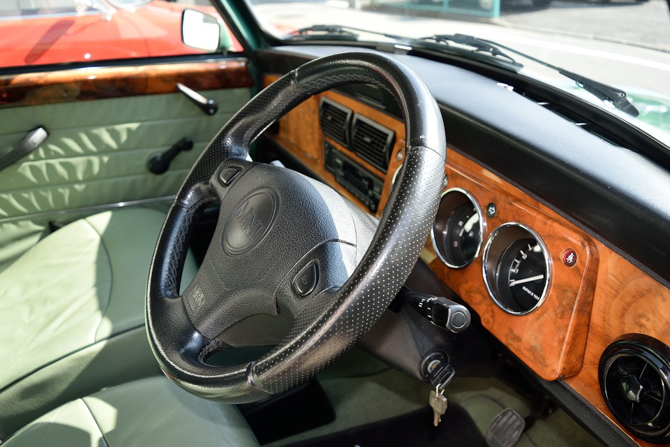 走行距離から考えればボロボロでもおかしくないハンドルですが、ご覧の通り、スレも無く清潔な印象さえする状態です!こんなところからもお判りいただけると思いますが、車両全体にわたってオリジナルを維持したチョ~美車!