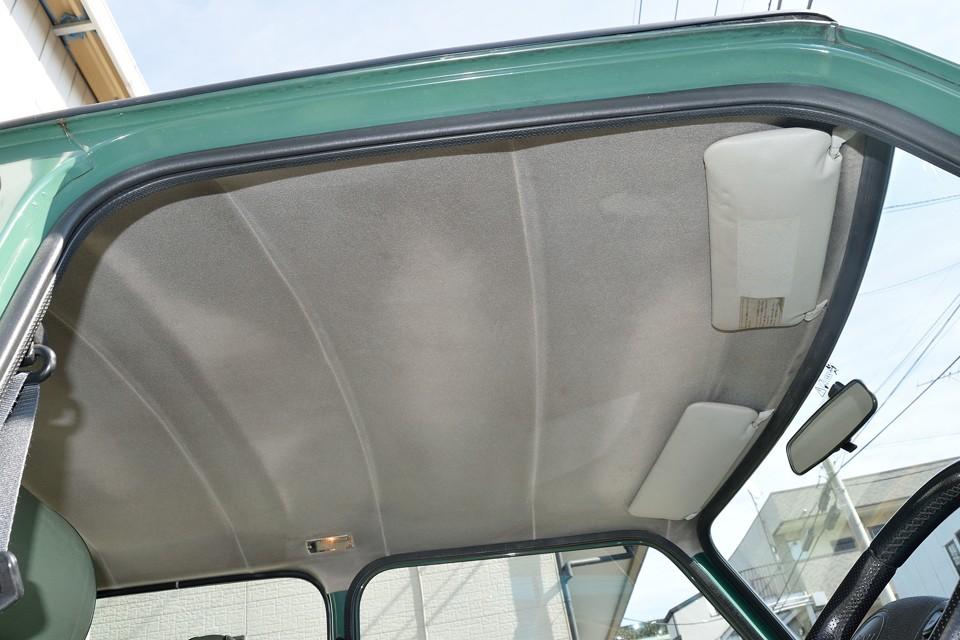 天張りは毛羽のせいで、かなり汚れているように見えますが、そこまで酷い汚れではありません。嫌なタバコ臭や、変な芳香剤の臭いもありません!っていうか、革シートのミニに新車時からする、独特の「ミニ臭」してま~す!