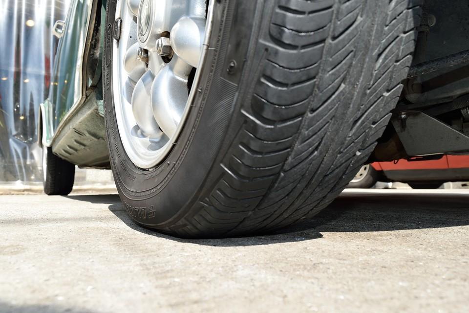 タイヤ残溝は5~6分山というところでしょうか。まだ暫くは、いけそうですね。タイヤ自体は比較的お安いサイズですので、維持費も経済的!