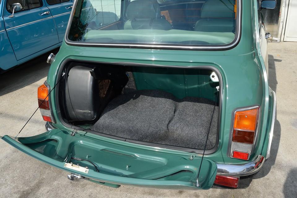トランクには燃料タンクが置かれているせいで、スペースは必要最低限というところですが、ボディサイズから考えると、これだけのスペースがあるのは、むしろ優秀!
