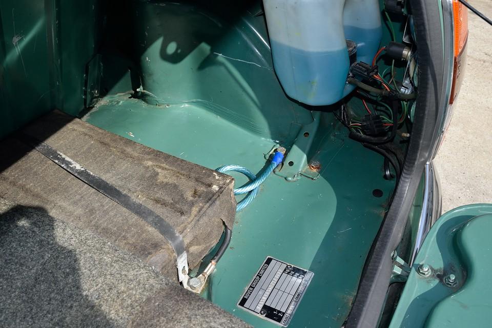 トランクマット下の床面です。酷いサビが無いのがお判りいただけると思いま~す。