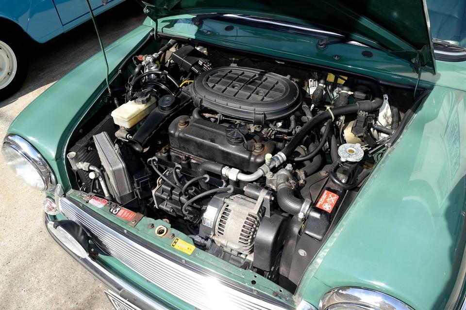 小さなボディにギュッと詰め込まれた、ミニの元気の素!クーパーと同じ、水冷直列4気筒OHV8バルブ、最高出力53ps(39kW)/5000rpm 、最大トルク9.3kg・m(91.2N・m)/2600rpm を発生!変にカスタムされていると、車検で困る事の多いミニですが、これは全くのオリジナル状態ですので安心!