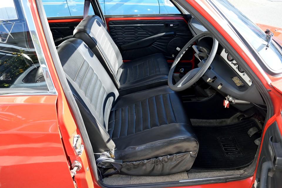 このボディカラーには、この黒ビニールレザーインテリアの組み合わせが標準!運転席は弊社入庫時、座面がヘタリ気味でしたので、吊りゴムを張替済!サイド部に切れもありましたので、それも補修済です。
