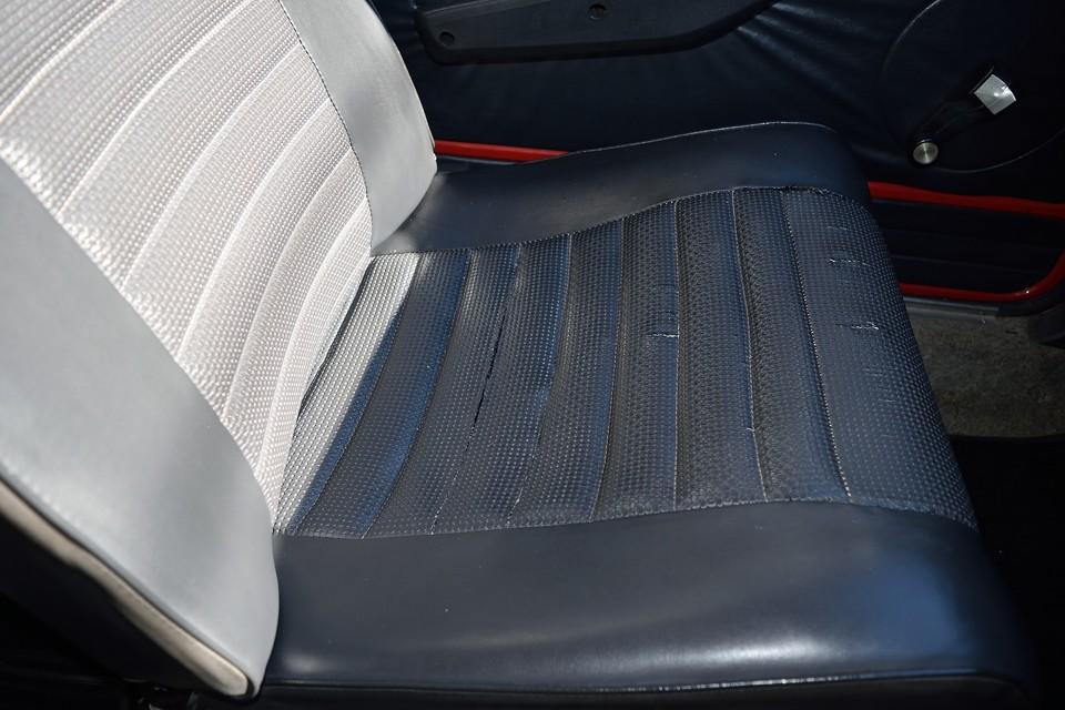 運転席の表皮に劣化はほとんどないのですが、この助手席はかなり劣化が進んでいて、切れ、ほつれがありました。何とか補修したので、ここまでになりましたが、保護する意味でもシートカバーなんかをするのがいいかもしれません。